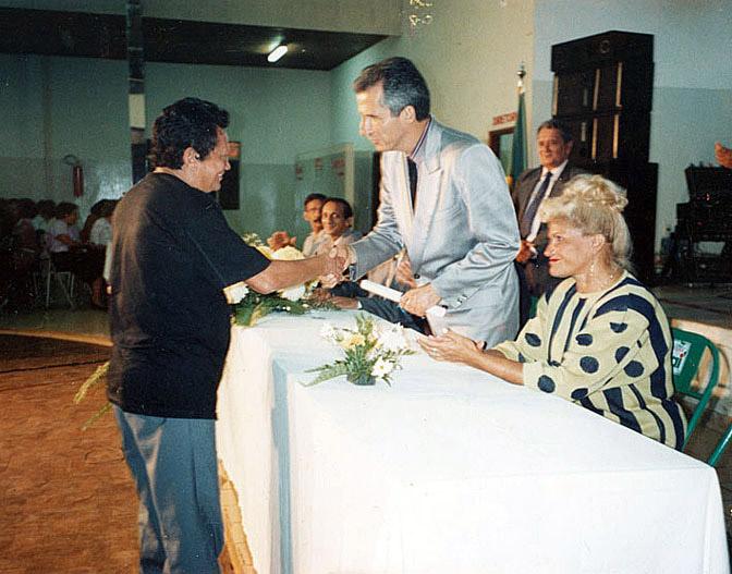 Recebendo o título de cidadão (1993)