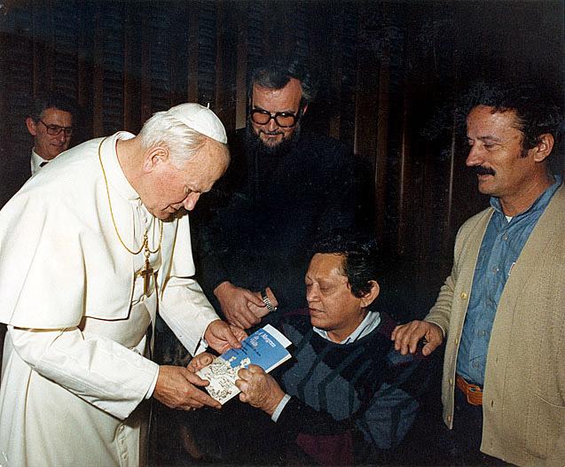 Entrega de livro ao papa João Paulo II (1990)